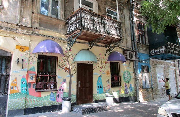 Жители старого одесского дома превратили часть фасада в картинку (фото)
