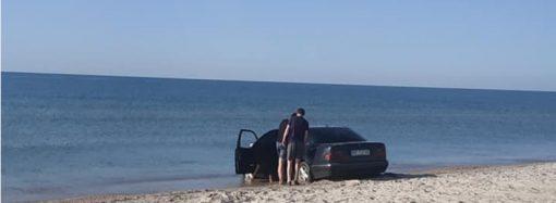 Очередного любителя помыть колёса в Чёрном море вытаскивали с пляжа трактором