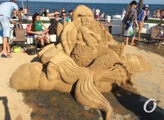 Набережную возле одесского дельфинария украсили скульптурами из озерного песка