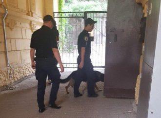 В Хозяйственном суде на проспекте Шевченко в Одессе ищут взрывчатку