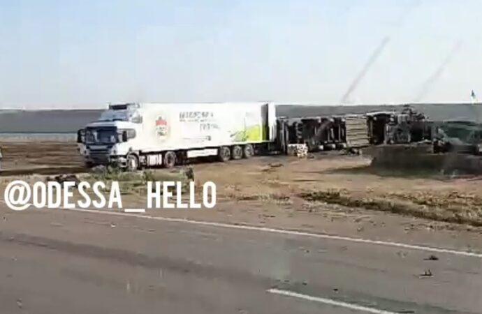 Знесло на кілька метрів: перед Хаджибеївським мостом зіткнулися дві вантажівки