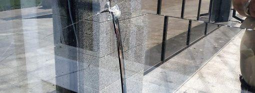 У Грецькому парку вандали розбили скло ліфта