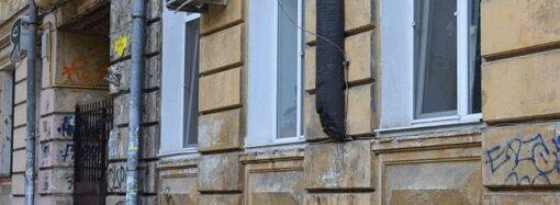 Вандалізм в Одесі: невідомі викрали бронзову скульптуру чоловіка, який приборкує лева