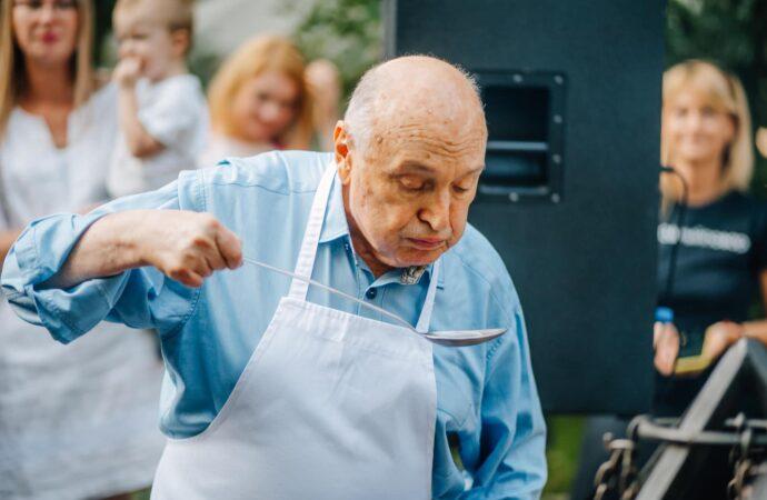 Жванецкий накормил одесситов раками, которых сам сварил (фото)