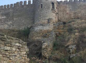 После ливней под Одессой спасают треснувшую по швам старинную крепость (фото)
