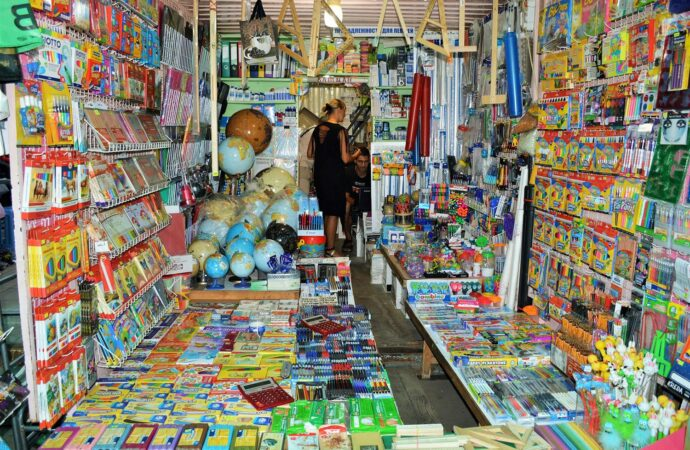 Рынок «7 километр» завален школьными принадлежностями