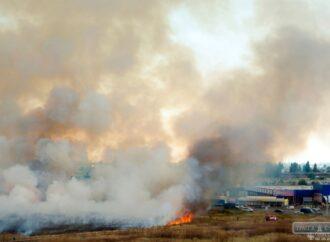 """Сильный пожар в Одессе едва не уничтожил склады на """"7 километре"""""""