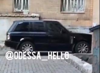 В Одессе угнанный внедорожник бросили посреди улицы (видео)