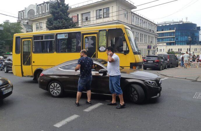 В центре Одессы пробка: столкнулись маршрутка и Merсedes