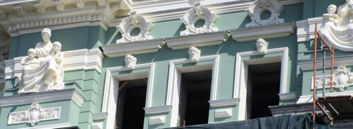 Дом Руссова: купола со шпилями, обновленный декор и таки зеленый фасад