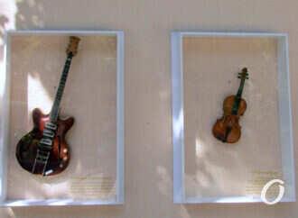 Одесский юмор: в Летнем театре установили гитару Страдивари и скрипку Баха