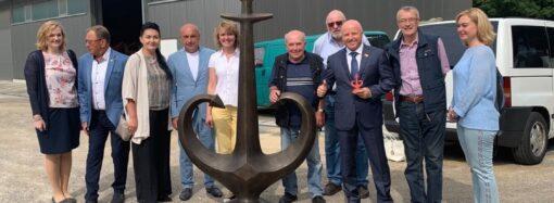 В Германию доставили туристический символ Одессы – «Якорь-сердце»