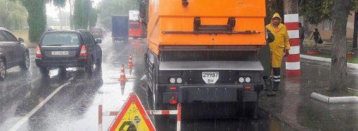 Коммунальщики уже работают на одесских улицах, затопленных дождем