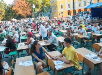 У одесского Дюка всем миром писали диктант на украинском языке (фото)