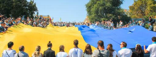 Над Потемкинской лестницей в Одессе растянули 28-метровый флаг (фотофакт)