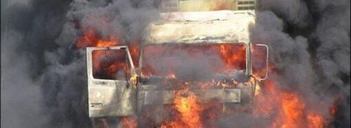 На трассе близ Одессы после аварии сгорел грузовик (видео)