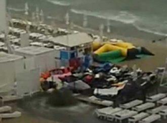 Ливень обнажил проблемы стоков в Одессе: на пляже в Аркадии забили фонтаны нечистот