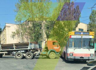 В Одесі на перехресті вантажівка в'їхала у тролейбус №3