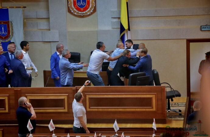 Четыре драки, два разбитых стакана и сломанный микрофон: итоги минувшей сессии Одесского облсовета