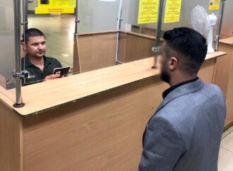 """Намагалися проскочити до Праги: в одеському аеропорту """"спіймали"""" іноземців з підробними паспортами"""