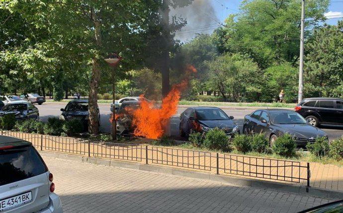 На одесском проспекте Шевченко пылал автомобиль BMW (фото)