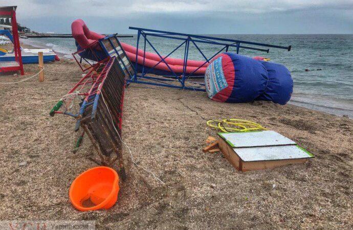 Из-за шторма на одесском пляже чуть не убило горкой ребенка