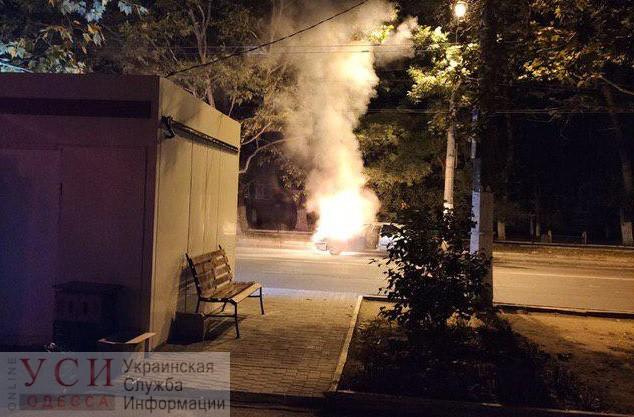 На окраине Одессы вспыхнула машина (фото, видео)