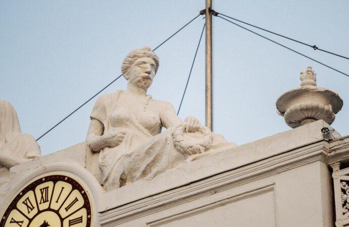 """""""Відреставрували"""" скотчем: в Одесі рушиться скульптура на фасаді будівлі міської ради"""