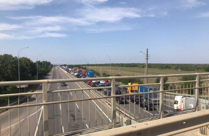На Київській трасі утворився затор довжиною у понад 10 км (відео)