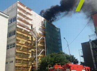 На поселке Таирова в Одессе горел недострой возле школы (видео)