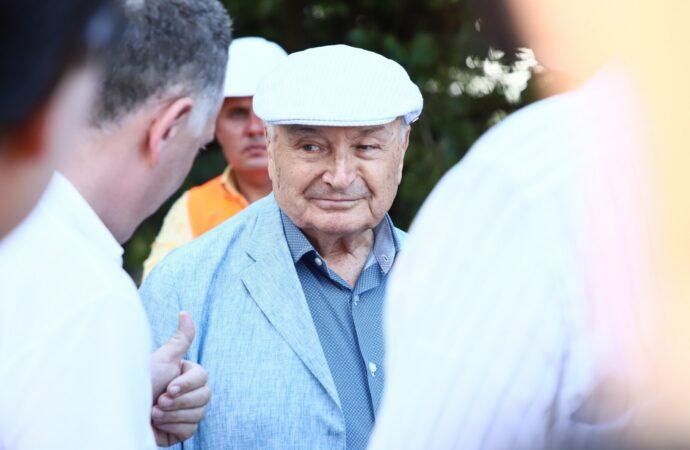 Жванецкий лично пришел посмотреть, как ремонтируют бульвар, названный в его честь