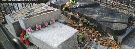 На Другому Християнському кладовищі вандали пошкодили надгробні пам'ятники