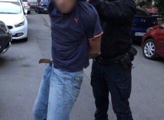 В Одессе задержали мужчину, который бил припаркованные машины и кидался на прохожих