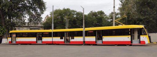Більш ніж 30 метрів: в Одесі презентували найдовший трамвай України (фото, відео)
