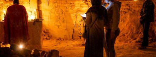 В Одесі священик створив капличку в катакомбах і проводить там службу