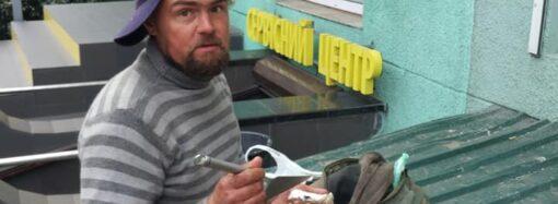 Это Одесса, детка: сеть повеселили фото бездомного, который лакомился устрицами