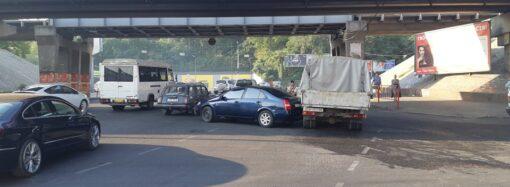 На Пересыпи из-за аварии встали машины (фото)