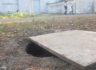 В Одессе ребенок упал в люк возле школы и разбил голову
