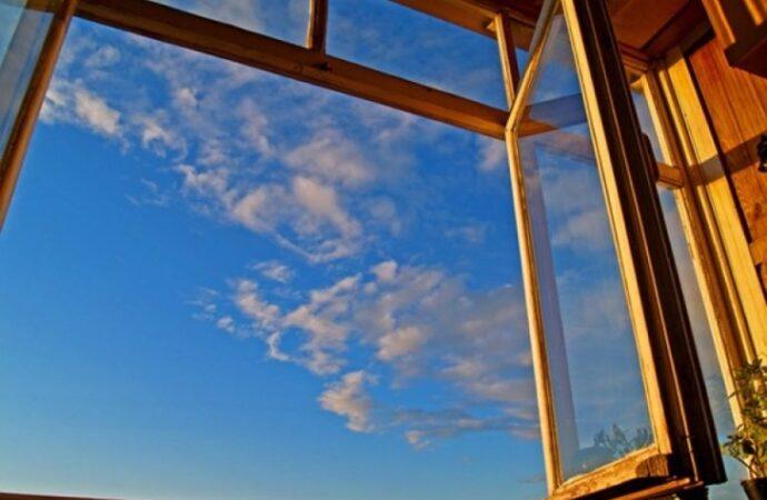 На одесском поселке Котовского пенсионерка выбросилась из окна высотки