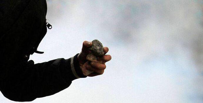 В Одессе полицейского забросали камнями