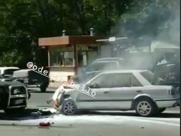 В Одесі поблизу Селекційного інституту палала автівка