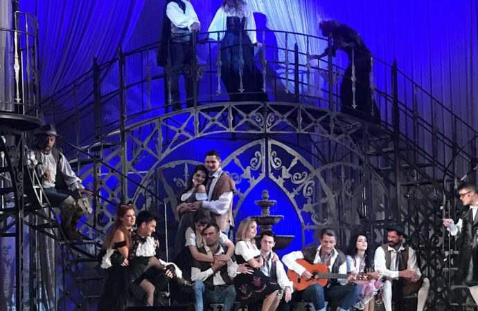 Под лепестками роз и звуки скрипки: в  Одесском русском театре открыли новый сезон