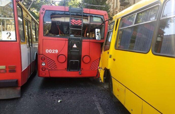 В центре Одессы столкнулись маршрутка и троллейбус: есть пострадавшие