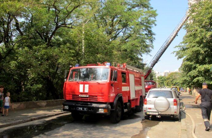 Пожежа у багатоповерхівці: в Одесі врятували жінку, яка лежала непритомною у палаючій квартирі