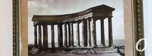 В стереобате Воронцовской колоннады теперь можно прикоснуться к истории города