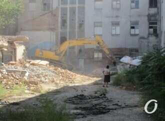 На улице Торговой в Одессе сносят пустующую баню: там построят офисный центр