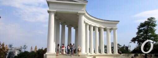 Одесская колоннада обзавелась оградой и первыми вандальными отметинами
