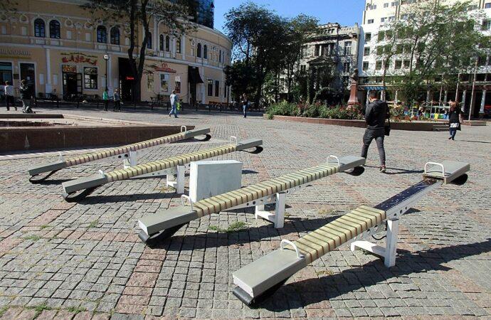 Как дети на Греческой площади в Одессе качели ломали (видео)