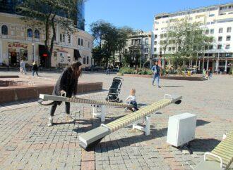 В Одессе вандалы повредили светящиеся качели на Греческой площади