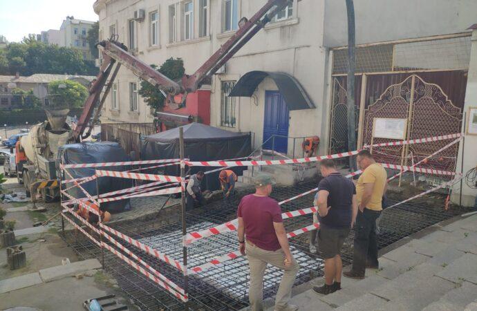Под видом «укрепления склона» на Ланжероновском спуске начались строительные работы